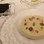 オーグードゥジュール メルヴェイユ 博多 - <前菜1>佐賀産新玉葱のヴルーテ アオリイカ、花穂シソ、イカスミのケークサレのアンサンブル