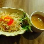 京都ハンバーグ - サラダとスープ。