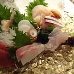 すろーふーど 三次 - 刺身盛り合わせ:鮪赤身、煮蛸、帆立+肝、北寄貝、間八、ハタ、石鯛