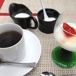 GEIJUカフェ - セットのデザートとコーヒー