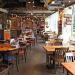 ババ・ガンプ・シュリンプ 東京 - 180席の広々とした店内で自慢のシュリンプ料理を召し上がれ!
