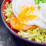鳥めし 鳥藤分店 - 「鶏チャーシュー玉子飯」の半熟目玉焼き