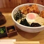 あしや夢蔵 - 1番人気の温玉鶏天ぶっかけ(冷)850円
