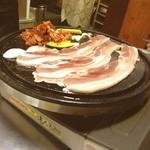 韓国料理 トヤジ - 西荻食べおさめツアー。23時にトヤジでサムギョプ。悪いことしてる感がやっばい。hiteとcassでべちゃ。