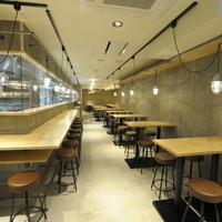 八郎酒場 - 奥になが~いお店です。宴会は奥のテーブル席で!
