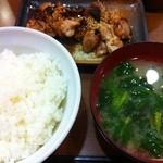 食堂 旭屋 - 鶏ももの照り焼き 中ライス 味噌汁