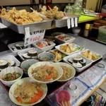 17905149 - 天ぷら、お寿司、小鉢など 全部100円