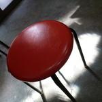 満来 - 赤い丸椅子