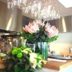望陀餃子楼 - 季節にあわせた色とりどりのお花も。女性の方も気兼ねなくご来店下さい