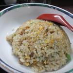 万里 - そしてセットの炒飯、ドーム状に積まれたこれぞ中華の炒飯といった見た目の御飯です。