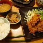 17917484 - カキフライ定食(980円也)。大粒で揚げ具合もGoodや。必ず小鉢が1品付く