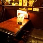 MJB珈琲店 - テーブルも椅子も歴史を感じる