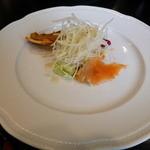 ビストロ・ド・凧 HATA - 3品盛り合わせは、スモークサーモン・牛のリエット・フレンチドレッシングの大根サラダ。