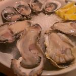 17942400 - 生牡蠣の盛り合わせ。奥にある小さいのがオーストラリア産、手前のは岐阜だったかな?やっぱり日本のは美味しすぎた。
