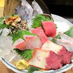 ふじけん 大名店 - 大人気メニューの刺身の盛り合わせを頂きました。内容:タイ・マグロ中トロ・イカ・サザエ・タチウオ・クジラベーコン