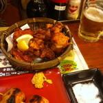 炭火やきとり とっ鳥屋 - 鶏の唐揚げととうふちくわ串。ビールに良く合います