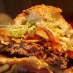 ババ・ガンプ・シュリンプ - バーベキューチーズバーガー 食べる