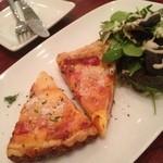 ハイヴカフェ - ベーコンとグリョイエールチーズのキッシュ(650円)