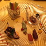 17953058 - 前菜:季節野菜のスッチック バーニャカウダー風、ホタル烏賊のソルベ、春巻 香菜とアボカドのソース添え、蒸し鶏、熟成カラスミ