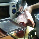 ステーキてっぺい - 店主が肉を捌く様子。丁寧に筋を取り除きます。
