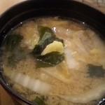 新宿 御さしみ家 - 味噌汁 ワカメ、豆腐、白菜