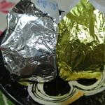 梅家 - 一個一個、銀紙とパラフィン紙で包まれています。