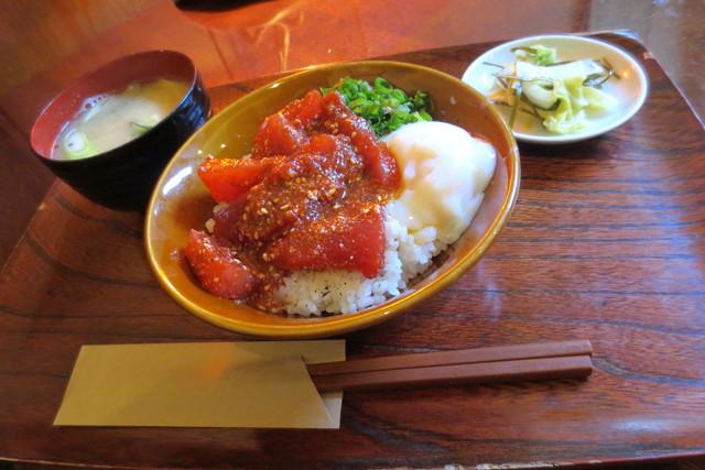 食堂エンドウ - まぐろ丼¥700(お味噌汁、お漬もの付き)