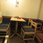 九 - 奥のテーブル席