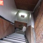 九 - こんな階段を下ります