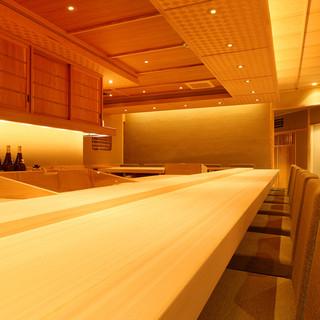 長さ6メートルの国産檜一枚板のカウンター