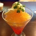 17966743 - お酒のジュレとアイスクリームのデザート