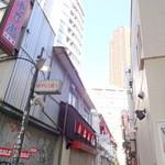 食堂 おさか - 246側から養老乃瀧のあるゆうらく通りを入る