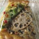 人々 - 春野菜と自家製リコッタチーズのグリーンキッシュ&れんげ米と有機豆乳の玄米キッシュ各¥250