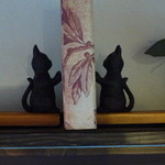 ティールーム 紅茶の森 - 猫のブックエンド。他にも壁にかわいい小物がいろいろ。