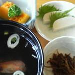 久保鮨 - 付け合せの吸い物・小鉢