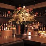 J's Bar - 300種類以上のお酒が並ぶ、バック・バー