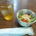 ロンド洋菓子店 - 料理写真:2013.03 最初にサラダが出てきました。このタイミングで豆を挽く良い香りが漂います♪