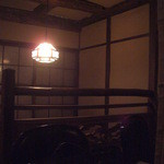 けむり - 木製の急階段を昇った空間は、隠れ家そのもの