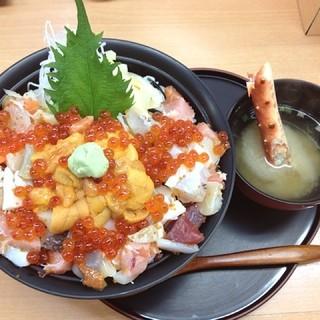 寿司処 けいらん - まけない丼☆  北海道最終日の朝ご飯☆観光がてら二条市場へ来たんで、観光客らしく海鮮丼をいただきました♡ 色んな具材がギュッて入ってて美味しかったです!٩(๑´ڡ`๑)۶