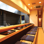 祇園ゆやま - 上品な白木の掘りごたつ式カウンター。目の前で繰り広げられる料理人の技に感嘆する