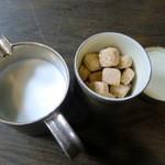 オオギ - ホットミルクティーのミルクはむっちゃたっぷり!