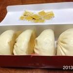 551蓬莱 - 2013.3.24(日)購入 \(^o^)/いつもの豚まん四個@160円、辛子多めでσ^_^