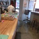 ボーデリアハヤカワ - 店内はカウンターとテーブル席が少しございます
