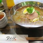 アジョシ - 料理写真:本格手打ち韓国冷麵(並)¥880(税込¥914)