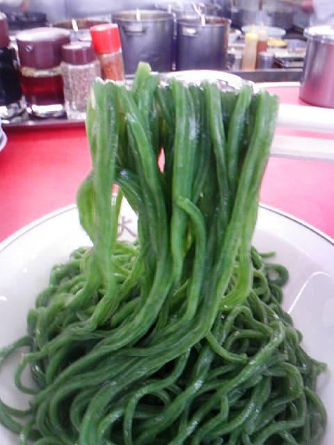 大王ラーメン - 深~い緑色した飛翆麺の表情