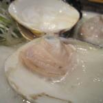 大漁まこと - 炭火で焼かれた桑名産の蛤が2個。