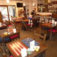 カフェ 彩の森 - 木のぬくもりを生かした、落ち着いた店内です。
