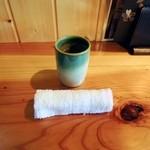 海鮮 まんまてい - おしぼりとお茶