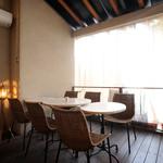 イチズ - 【居心地のよいテラス席】開放感あるくつろげる空間。お天気の良い日にはとくに人気のお席です。