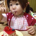 アルカション - ケーキを頬張る娘